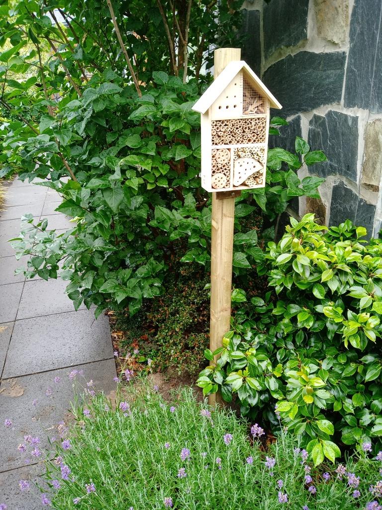 Bijenhotel op een paal in Huizen