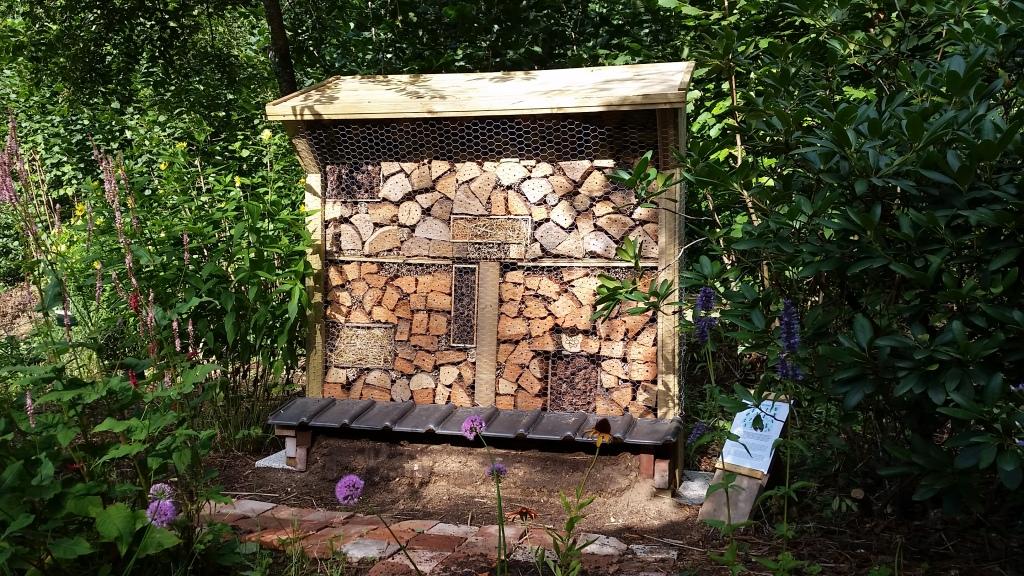 Bijenhotel gemaakt door René Bos (wildebijen.com)