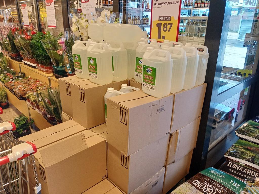 Schoonmaak azijn in de supermarkt